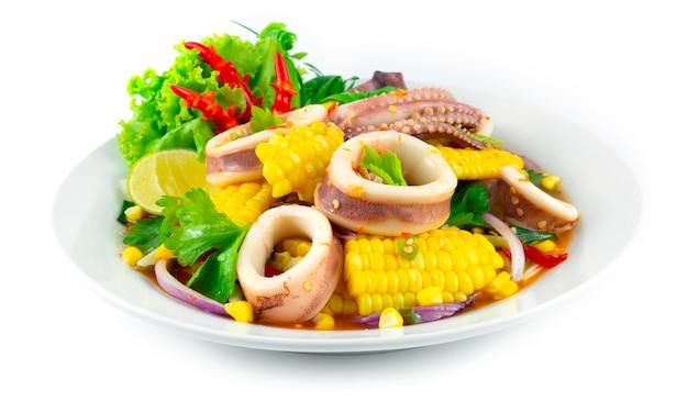 옥수수 샐러드와 매운 오징어 태국 음식 매운 칠리 요리 장식 조각 야채 측면