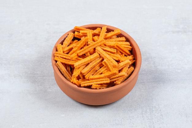 Patatine piccanti in ciotola di ceramica.