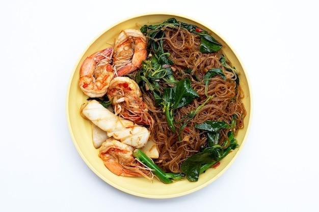 성스러운 바질 잎과 해산물을 곁들인 매운 볶음 베르미첼리