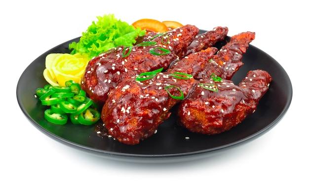 ホットペッパーソースのスパイシーなぬいぐるみチキンウィングミンチチキン、春雨、キャベツ、ニンジンを使った韓国料理スタイル刻まれた唐辛子と野菜のサイドビューを飾る