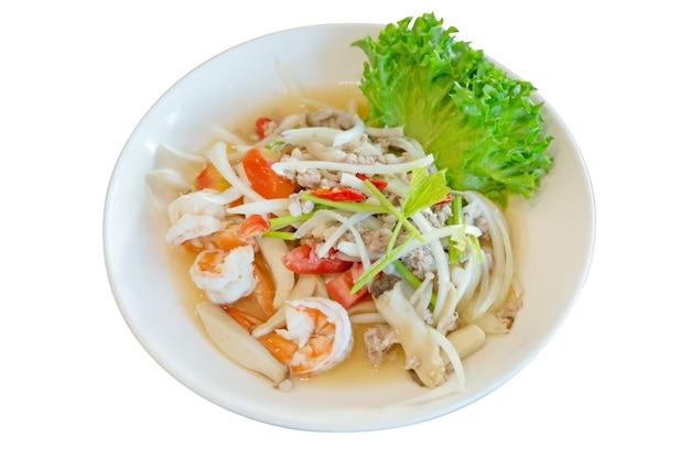 Острый тайский салат со стеклянной лапшой, креветками и свиным фаршем с луком и овощами