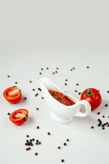 Острый томатный соус на столе