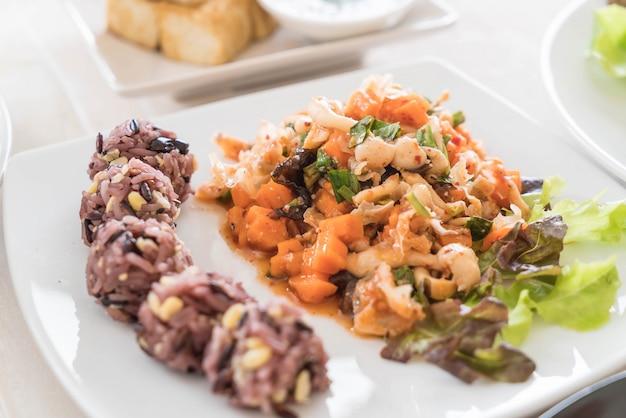 끈적 끈적한 베리와 곡물 쌀과 매운 채식 샐러드