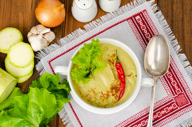 スパイシーなベジタリアン野菜のピューレスープグリーン、健康的な食事。