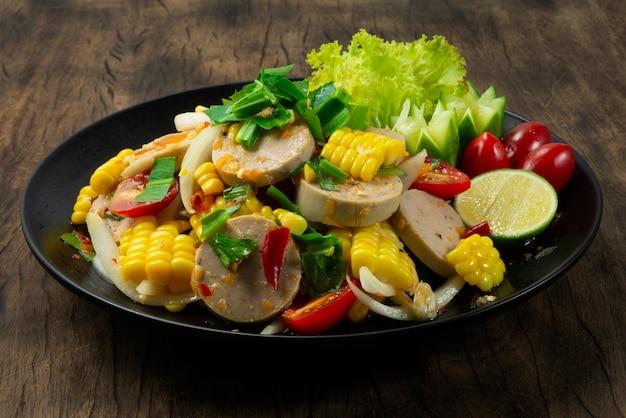 Острый вьетнамский салат из сосисок из свинины с кукурузой