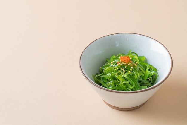 Острый салат из морских водорослей вакаме - японская кухня