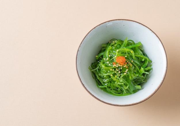Острый салат из водорослей вакаме