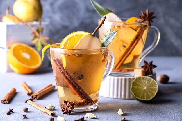 Пряный теплый напиток. сезонный глинтвейн. рождественский горячий белый глинтвейн в бокале с апельсином