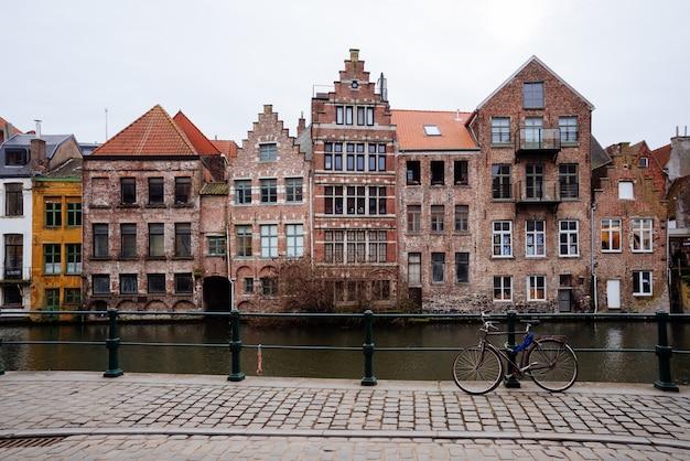 ブルージュ運河:背景としてspiegelreiとjan van eyckplein。ベルギー