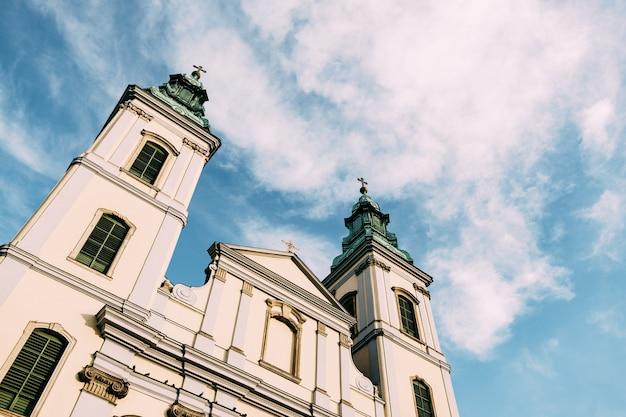 白い雲と青い空を背景にブダペストの美しい古代寺院の尖塔