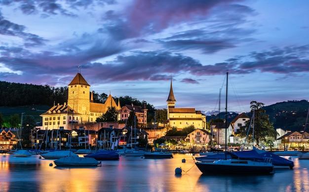 Замок шпиц на озере тун в швейцарии