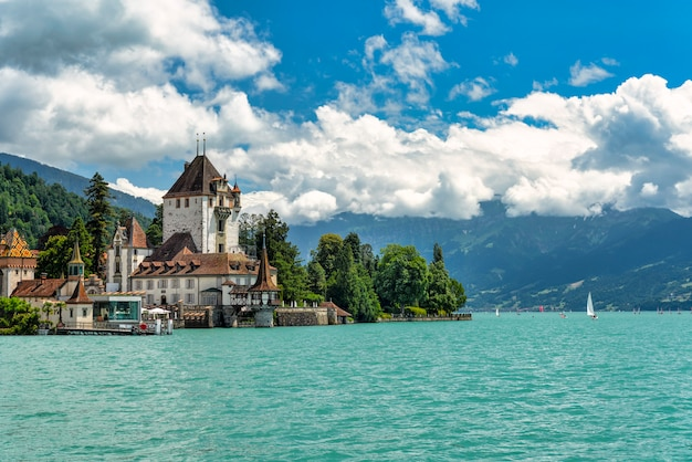 スイスのトゥーン湖のほとりにあるシュピーツ城