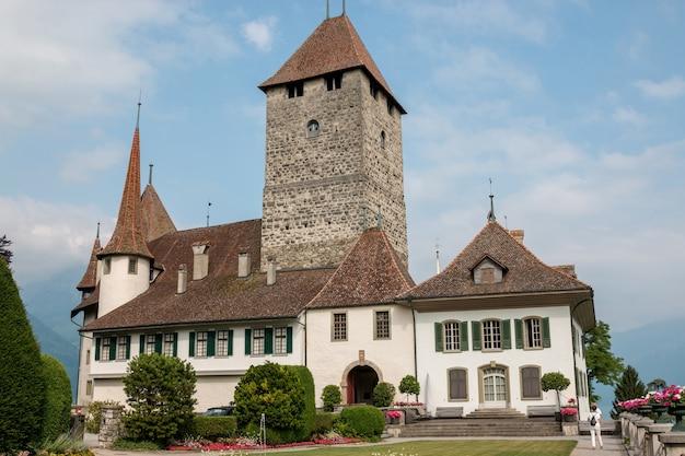 슈피츠, 스위스 - 2017년 6월 24일: 슈피츠 성 - 살아있는 박물관 및 공원, 스위스, 유럽에서 볼 수 있습니다. 국가적으로 중요한 스위스 문화 유산입니다.