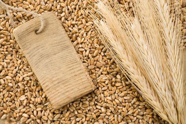 小麦のスパイクとタグ価格