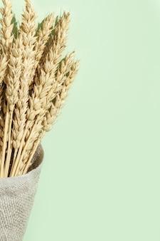 小麦のスパイクが袋にクローズアップ穀物作物収穫クリエイティブコンセプト耳のある静物画像