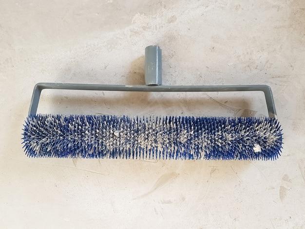 Ролик с шипами для наливного пола после использования