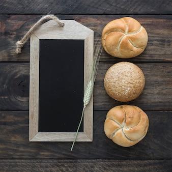 黒板の近くの小穂とパン