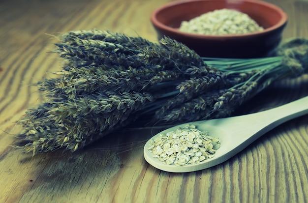 접시에 밀과 보리 이삭