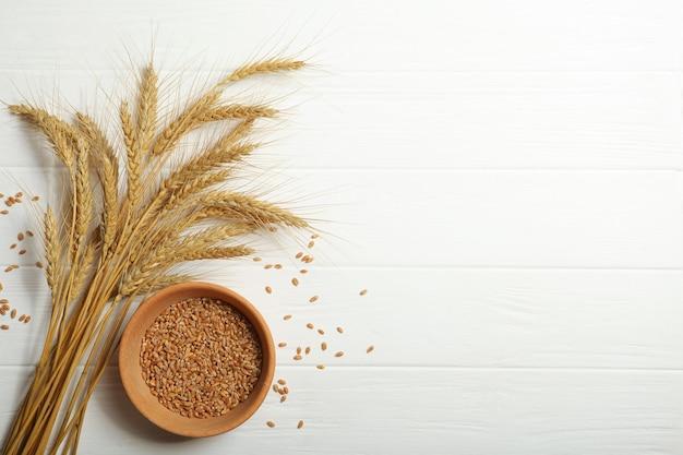 밝은 배경에 밀과 곡물의 이삭
