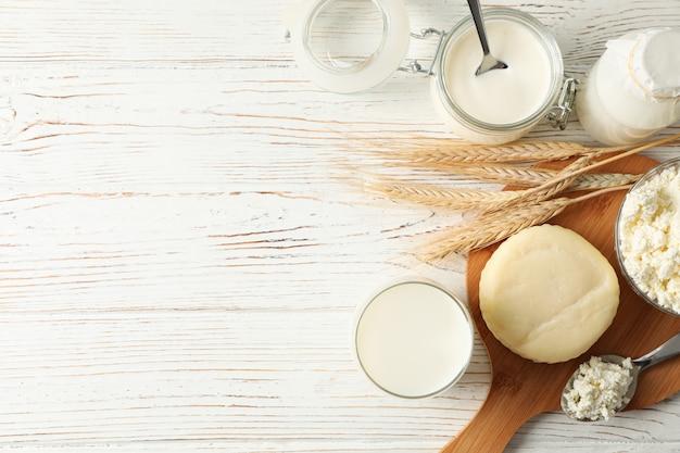 밀, 유제품 및 흰색 나무 배경에 보드의 spikelets
