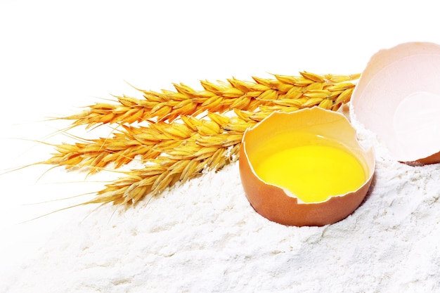 밀가루 유출에 계란과 밀의 작은 이삭.격리.