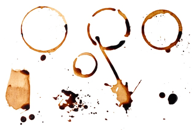 흰색 표면에 블랙 커피를 쏟. 컵 바닥에서 둥근 각인과 얼룩, 미세한 스플래시, 평면도. 세트