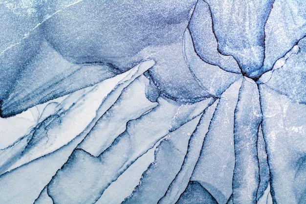 Пролитая синяя и серебристая акриловая краска. всплеск спиртовых чернил