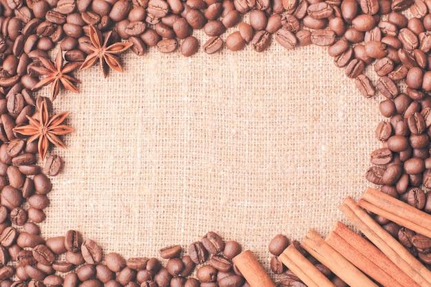 こぼれたコーヒー豆のフレームにシナモンとアニス