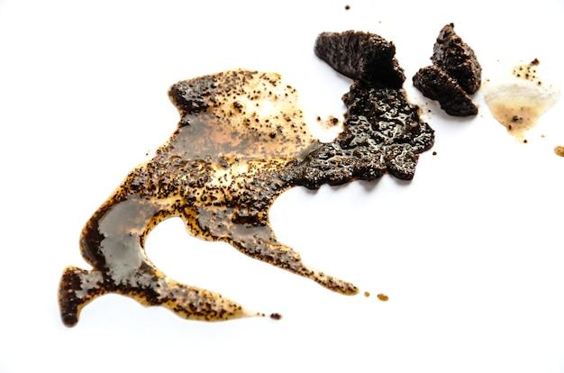 Пролитый кофе на белом фоне
