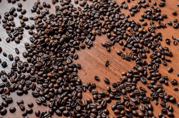 테이블에 엎지른 된 커피