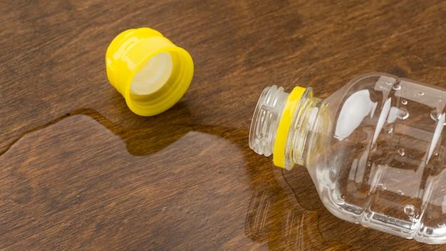Пролитая вода из бутылки с крышкой