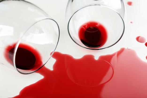 흰색 테이블에 안경에서 유출 된 와인