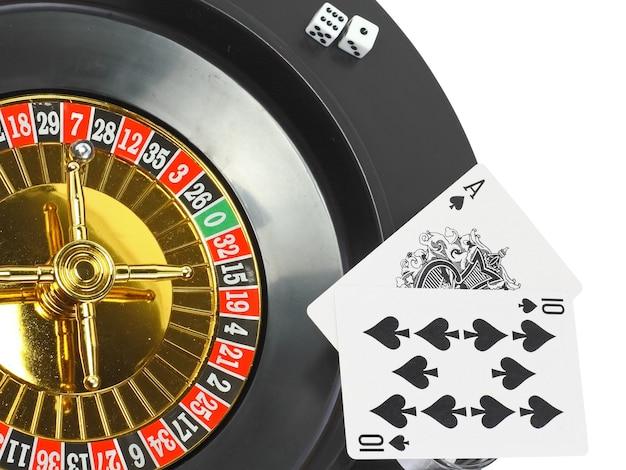 Вращайте рулетку казино, игральные кости и игральные карты. изолированные над белой