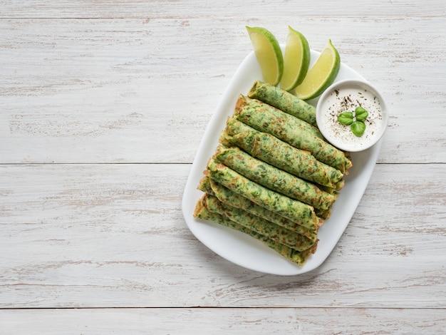 ほうれん草アダイ-インドの緑のパンケーキ。ラマダン料理の背景