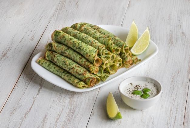 ほうれん草アダイ-インドの緑のパンケーキ。ベジタリアンフード。