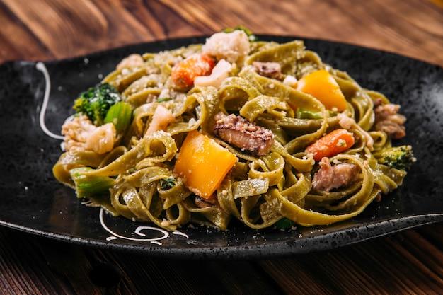 牛肉と野菜のほうれん草フェットチーネパスタ