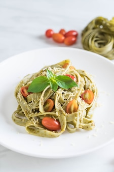 Spinach fettuccine with tomatoes