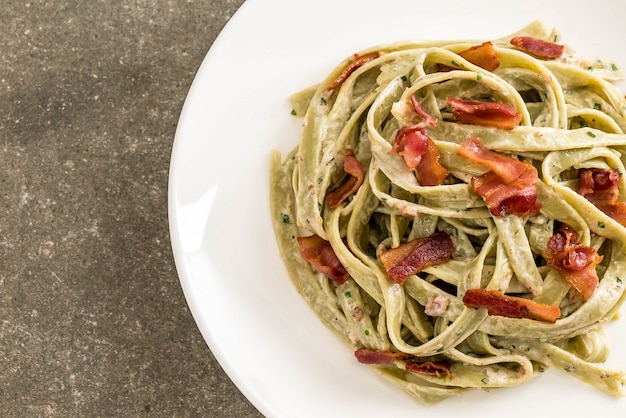 Spinach fettuccini pasta with bacon