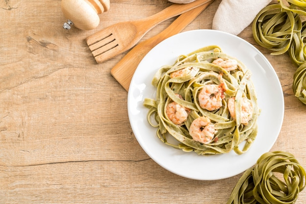 Spinach fettuccini pasta with shrimp
