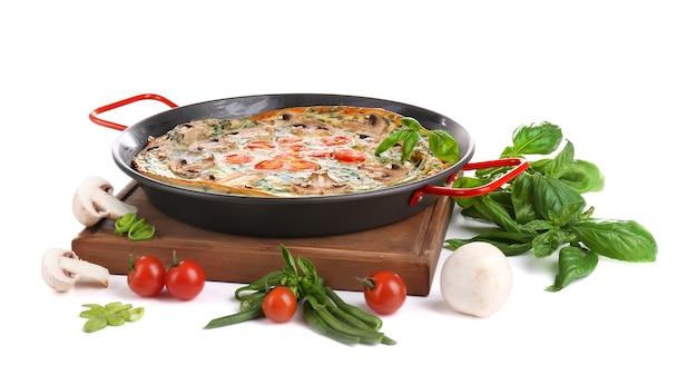 팬에 야채, 흰색 절연 시금치 frittata