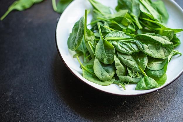 Салат из зеленых сочных листьев шпината органический