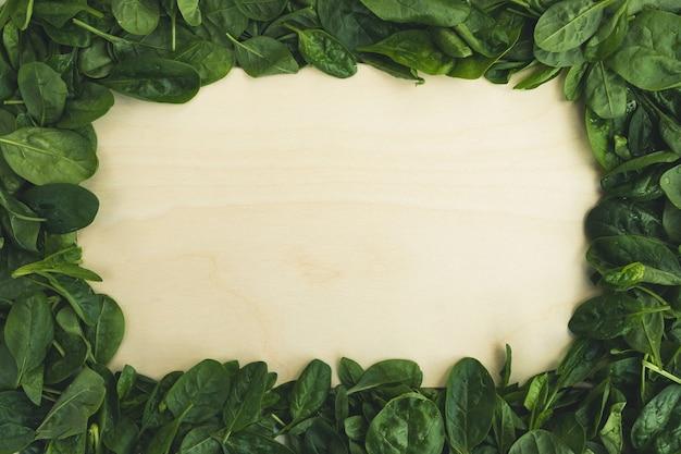 시금치 잎과 빈 도마. 음식 배경, 건강한 다이어트