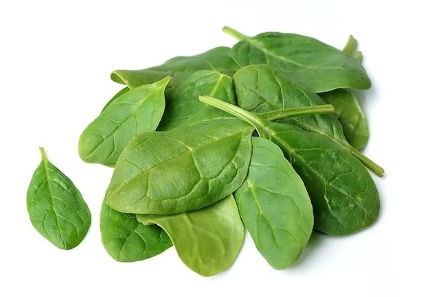 Листья шпината изолированные крупным планом