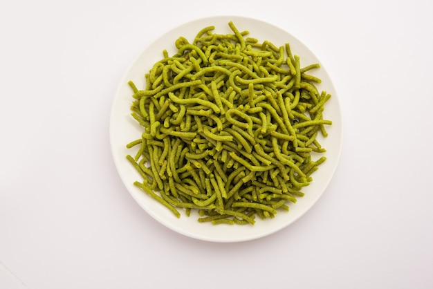 ほうれん草またはパラクセブはカリカリに揚げたおいしい麺です。自家製の厚くて薄い緑のシェブまたはナムキーンは、古典的なインドのスナックです