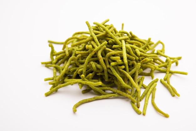 Шпинат или палак сев - это хрустящая жареная пикантная лапша. домашний толстый и тонкий зеленый шев или намкин - классическая индийская закуска.