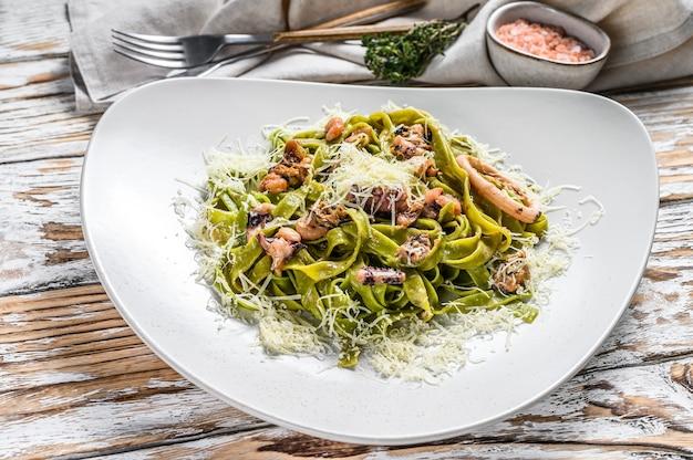 Паста из шпината с морепродуктами и зеленым феттучини