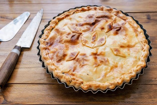 ほうれん草のパイと卵またはほうれん草のキッシュロレーヌ。野菜、ほうれん草、卵の塩辛いタルト。ホームフード、健康的で自然なコンセプト。