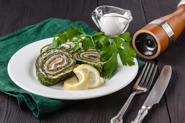Spinach rolls with smoked salmon and cream cheese