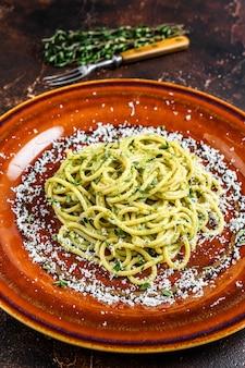 Паста со шпинатом, спагетти, соусом песто и пармезаном