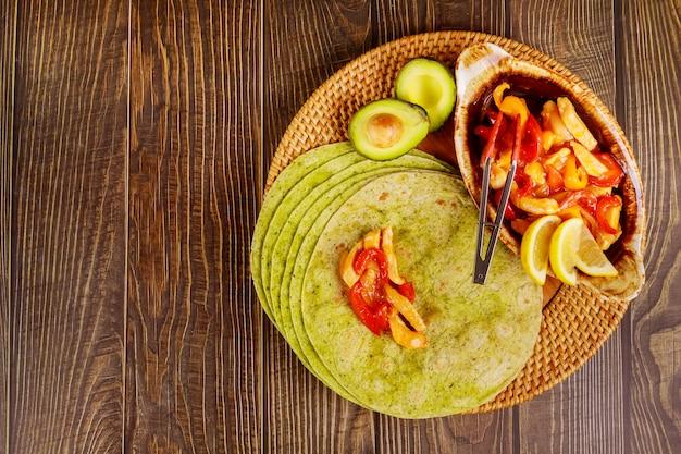 Обертывание из шпината с жареной курицей и овощами.